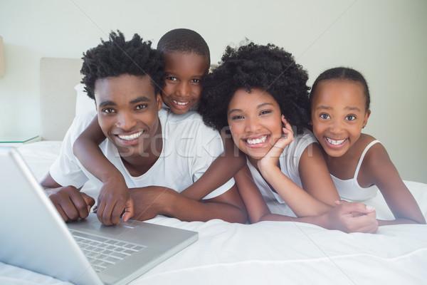 Stok fotoğraf: Mutlu · aile · dizüstü · bilgisayar · kullanıyorsanız · birlikte · ev · yatak · odası · bilgisayar