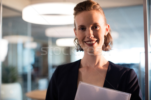Portret glimlachend zakenvrouw kantoor papier Stockfoto © wavebreak_media