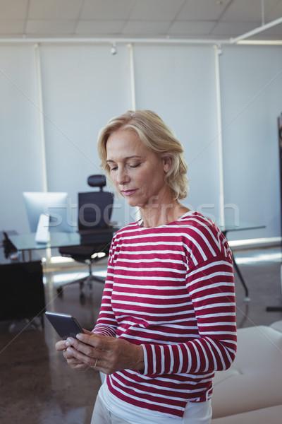 Entrepreneur téléphone portable bureau canapé femme Photo stock © wavebreak_media