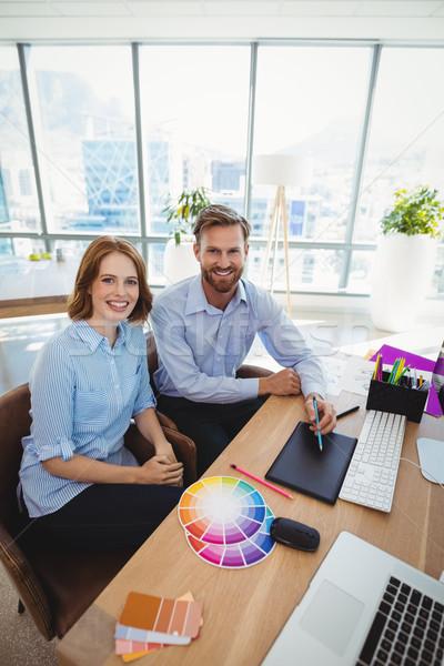 Retrato sorridente trabalhando secretária escritório Foto stock © wavebreak_media