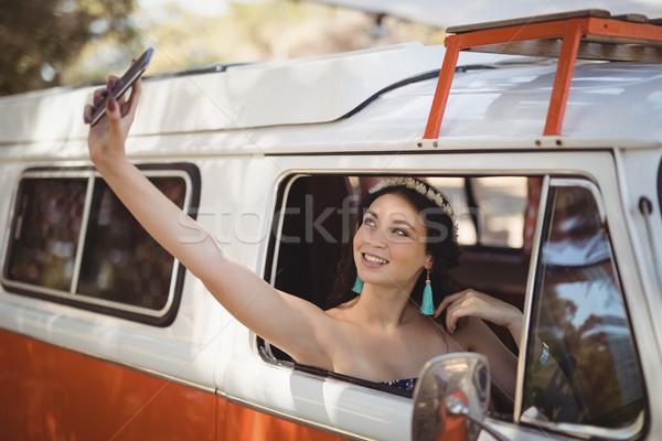 Fiatal nő ül furgon erdő telefon technológia Stock fotó © wavebreak_media