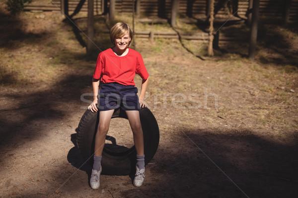 портрет улыбаясь девушки сидят огромный шин Сток-фото © wavebreak_media