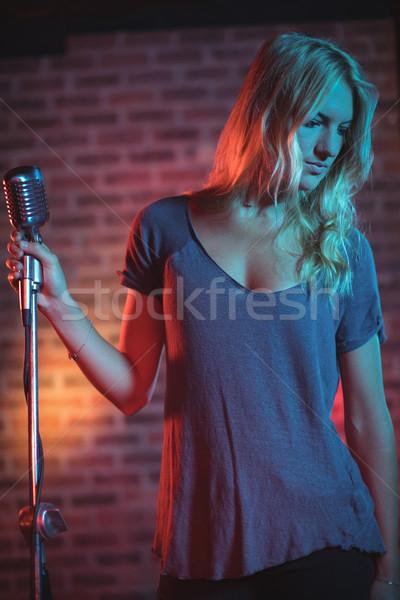 Feminino cantora microfone em pé boate Foto stock © wavebreak_media