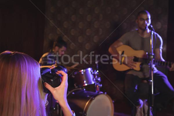Vrouw zanger muzikanten discotheek verlicht Stockfoto © wavebreak_media