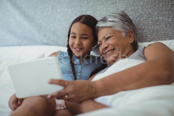 Babcia wnuczka cyfrowe tabletka bed pokój Zdjęcia stock © wavebreak_media