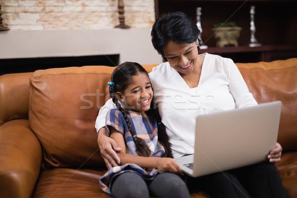 Uśmiechnięta kobieta wnuczka za pomocą laptopa domu posiedzenia sofa Zdjęcia stock © wavebreak_media