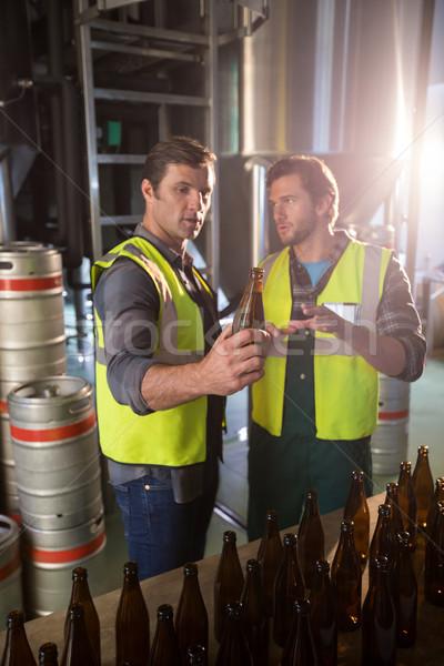 Bouteilles entrepôt bière homme Photo stock © wavebreak_media