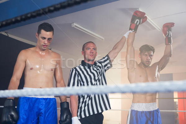 Hakem el ele tutuşarak kazanan erkek boksör atlet Stok fotoğraf © wavebreak_media