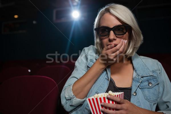 Koncentrált nő pattogatott kukorica néz film színház Stock fotó © wavebreak_media
