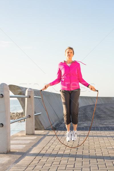 Vrouw promenade gelukkig zee Stockfoto © wavebreak_media