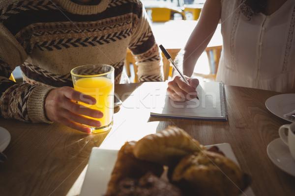 Vrouw man schrijven boek cafe Stockfoto © wavebreak_media