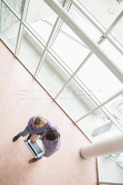 Magasról fotózva kilátás főiskola diákok laptopot használ áll Stock fotó © wavebreak_media