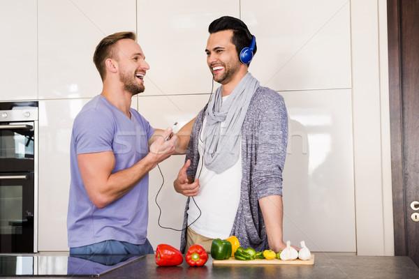 Glimlachend homo paar luisteren naar muziek keuken huis Stockfoto © wavebreak_media