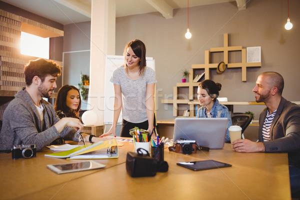 Női grafikus designer megbeszélés munkatársak iroda Stock fotó © wavebreak_media