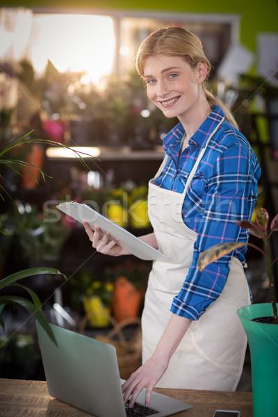 Stockfoto: Vrouwelijke · bloemist · met · behulp · van · laptop