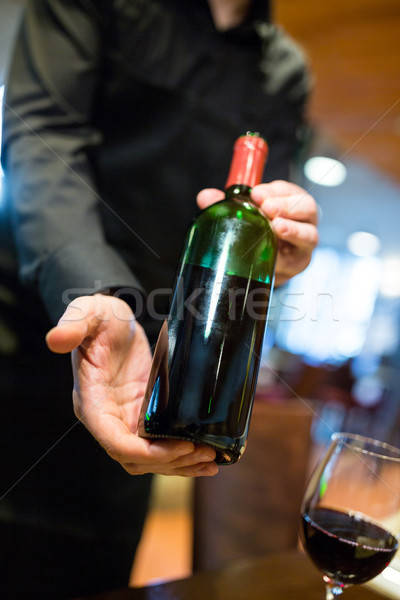 Kelner butelki wino czerwone restauracji Zdjęcia stock © wavebreak_media