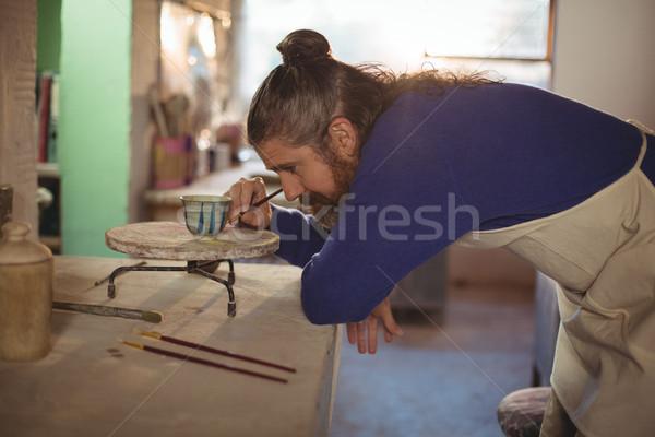 Atento masculino pintura tigela cerâmica oficina Foto stock © wavebreak_media