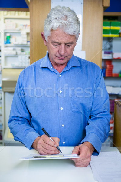 Pharmacien écrit presse-papiers pharmacie homme médicaux Photo stock © wavebreak_media