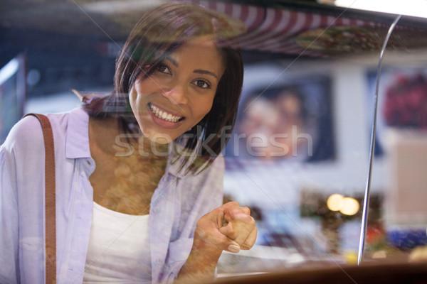 Zdjęcia stock: Podniecony · kobieta · wskazując · Widok · supermarket · świetle