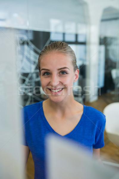 Női grafikus designer mosolyog kamera iroda Stock fotó © wavebreak_media