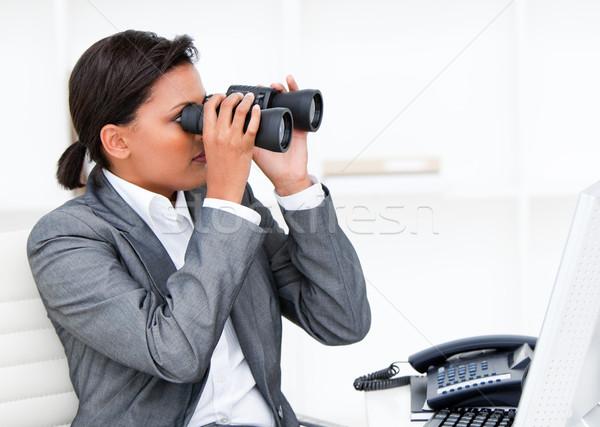 üzletasszony néz látcső iroda boldog telefon Stock fotó © wavebreak_media