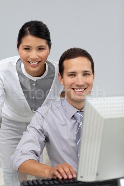 Tolakodó ázsiai üzletasszony segít kolléga iroda Stock fotó © wavebreak_media