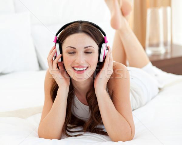 Mooie vrouw bed luisteren muziek home Stockfoto © wavebreak_media