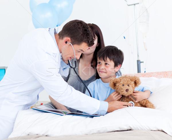 Uważny lekarza gry mały chłopca matka Zdjęcia stock © wavebreak_media