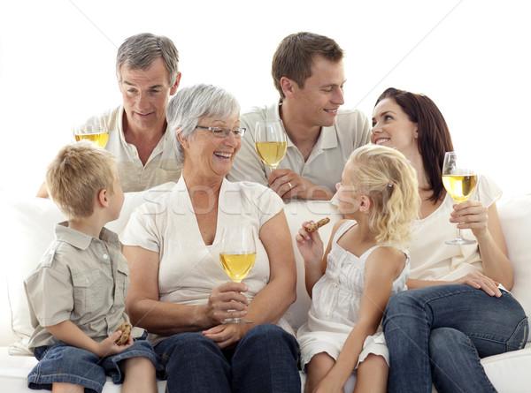 Família sala de estar potável vinho alimentação biscoitos Foto stock © wavebreak_media