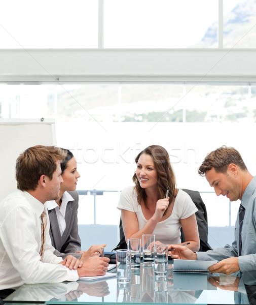 Zadowolony kobieta interesu mówić zespołu spotkanie działalności Zdjęcia stock © wavebreak_media