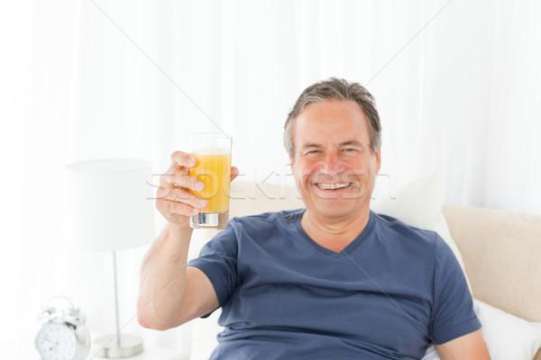 отставку человека глядя камеры питьевой сока Сток-фото © wavebreak_media