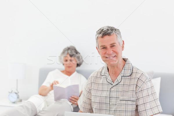 Hombre de trabajo portátil esposa lectura casa Foto stock © wavebreak_media