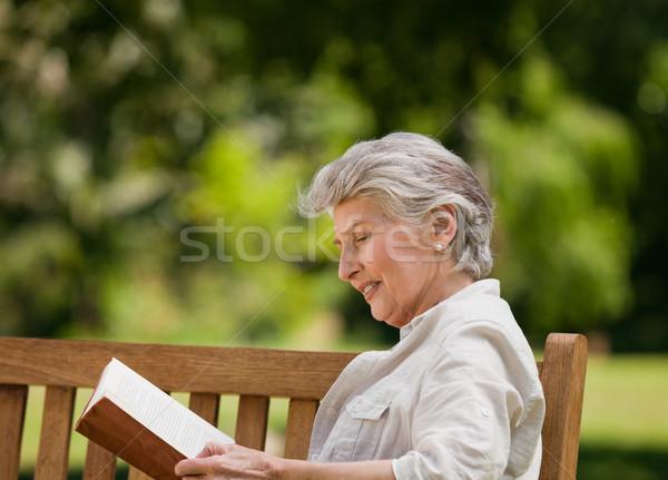 Retraite femme lecture livre banc nature Photo stock © wavebreak_media