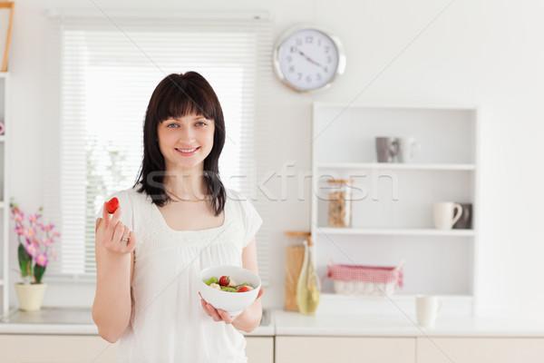 Stock fotó: Bájos · barna · hajú · női · eszik · koktélparadicsom · tart