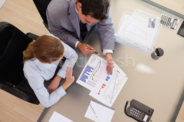 Fölött kilátás fiatal üzletemberek beszél diagram Stock fotó © wavebreak_media