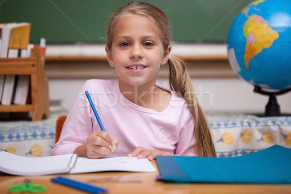 Stockfoto: Glimlachend · schoolmeisje · schrijven · klas · glimlach · wereldbol