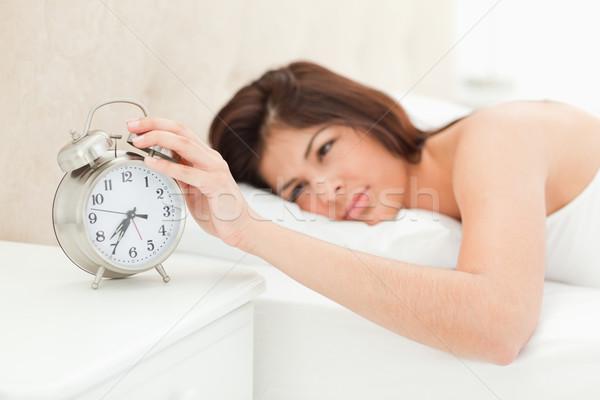 Vrouw bed wakker hand wekker tonen Stockfoto © wavebreak_media