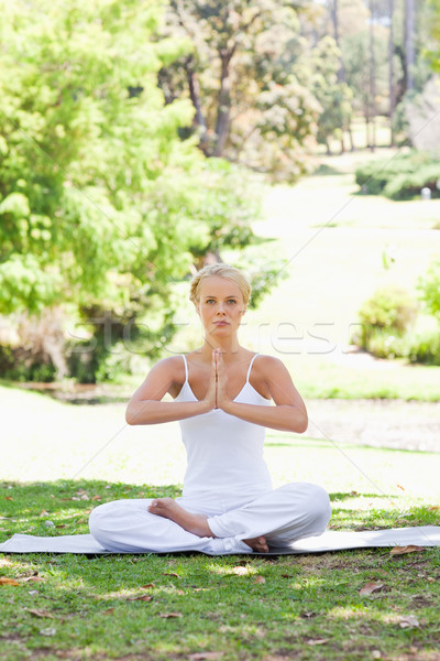 Stok fotoğraf: Genç · kadın · oturma · park · yoga · pozisyon · güzellik