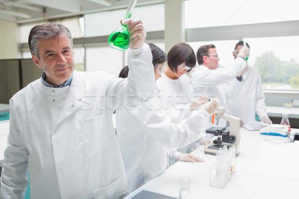 化学者 ビーカー 緑 液体 忙しい ラボ ストックフォト © wavebreak_media