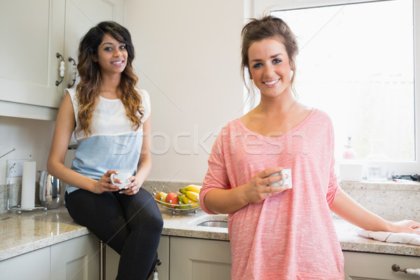 Sorridere ragazze piedi seduta counter Foto d'archivio © wavebreak_media