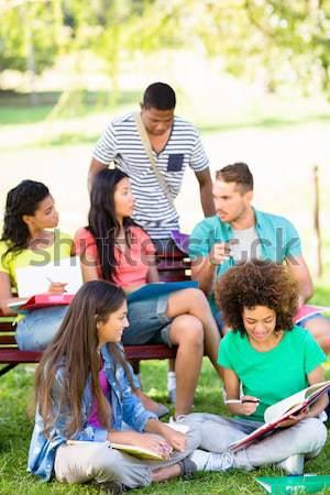 Foto stock: Estudiantes · estudiar · campus · grupo · jóvenes · universidad