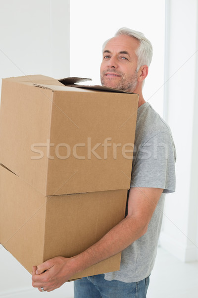Mosolyog férfi hordoz karton költözködő dobozok új otthon Stock fotó © wavebreak_media