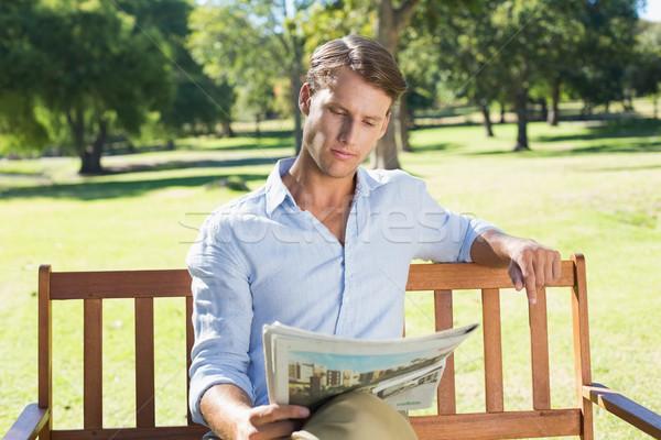 Knappe man vergadering park bank lezing krant Stockfoto © wavebreak_media