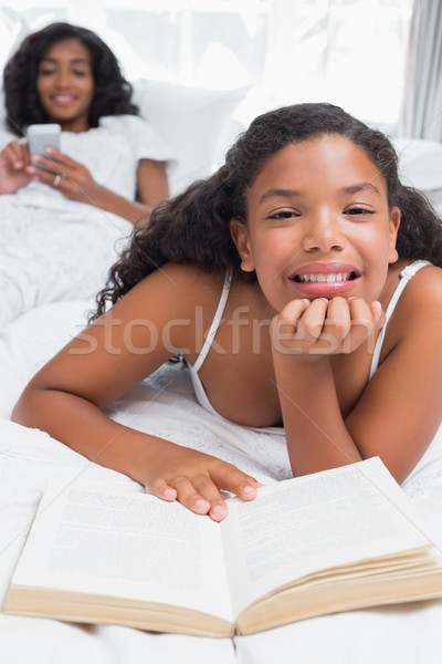 幸せ 母親 娘 リラックス ベッド 一緒に ストックフォト © wavebreak_media