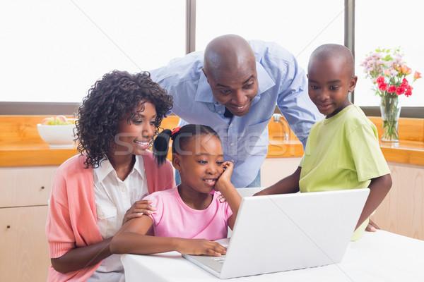Aranyos testvérek laptopot használ együtt szülők otthon Stock fotó © wavebreak_media