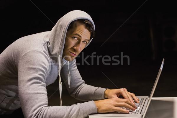 Férfi kabát hackelés laptop néz kamera Stock fotó © wavebreak_media