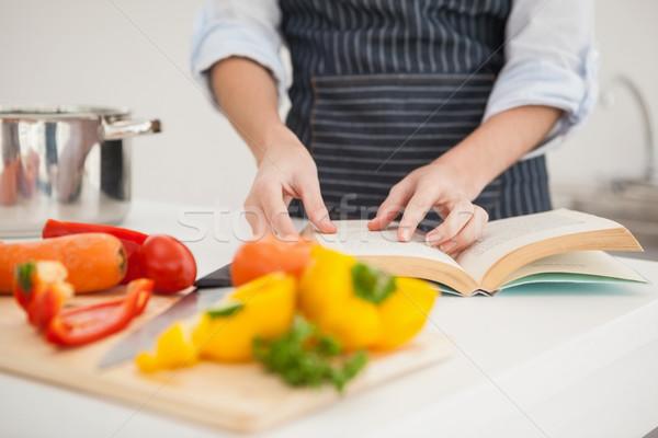 Foto d'archivio: Donna · ricetta · libro · home · cucina · casa
