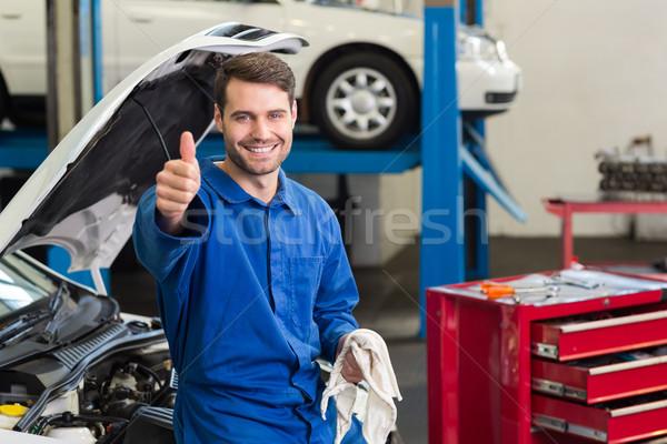 Glimlachend monteur naar camera reparatie garage Stockfoto © wavebreak_media