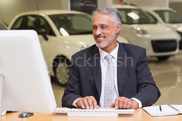 Alegre empresário trabalhando secretária sala de exposição Foto stock © wavebreak_media