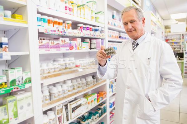Uśmiechnięty starszy farmaceuta pęcherz apteki Zdjęcia stock © wavebreak_media